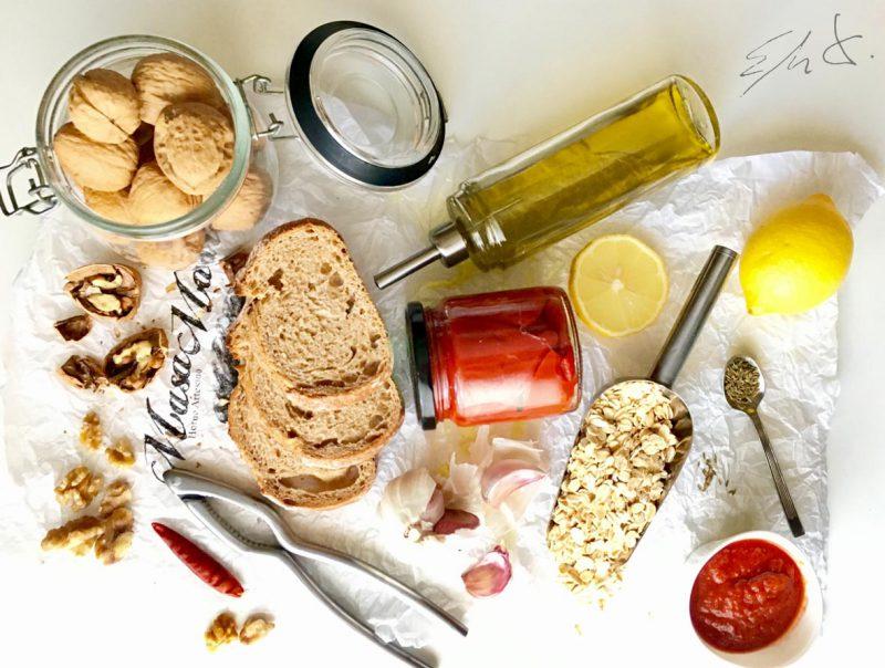 Ingredientes · 160 g pimientos asados marrones o del piquillo ( pueden ser en conserva) · 20 g copos integrales de aventa · 60 g nueces españolas crudas · 4 cucharadas de tomate frito (con poca azúcar) · 1 ajo pequeñín · una cucharadita de comino · zumo de medio limón · una puntita pequeña de cayena o unas gotas de tabasco · sal marina ·AOVE ( aceite de oliva virgen extra)