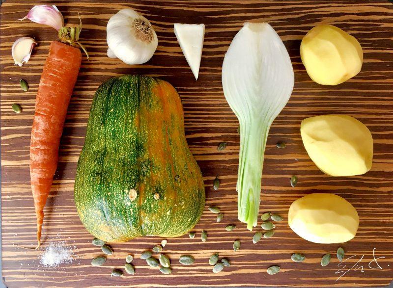 Ingredientes · media calabaza (400 g) · 1 zanahoria grande · tres patatas pequeñas · 1 cebolleta con su tallo verde · 3-4 dientes de ajo · tomillo · pimienta negra · sal · AOVE (Aceite de oliva virgen extra) · queso tierno eco rayado · pipas de calabaza