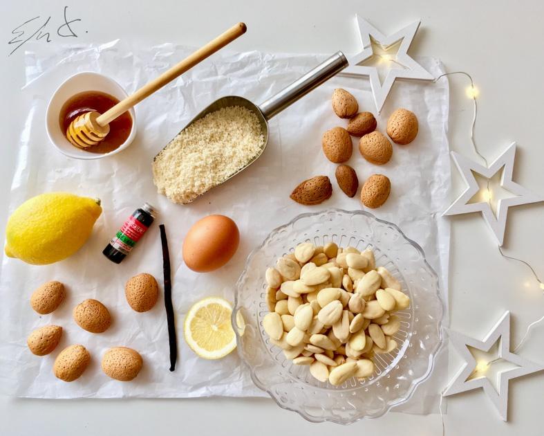 Ingredientes  · 250 g almendra marcona molida fina · 60 g miel o sirope de agave · 2-3 gotas de esencia de vainilla · 3 cucharadas de clara de huevo eco · 3 cucharadas de agua  · media cucharadita de ralladura de limón  · una yema de huevo eco (para el horneado) · media cucharadita de cacao puro desgrasado en polvo