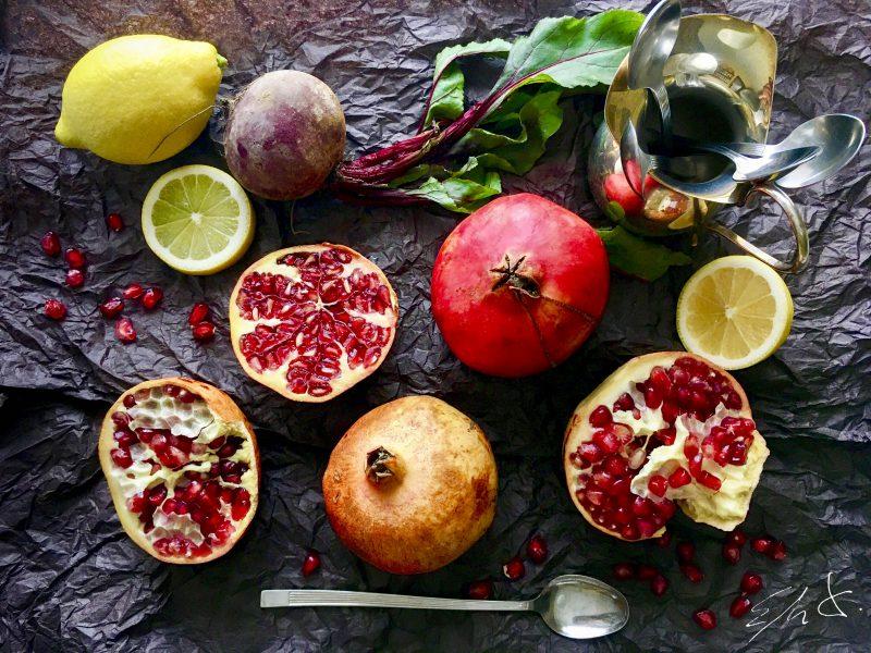 Ingredientes · 8 granadas españolas ( 2 granadas por persona) · un buen chorro de limón · una cuña pequeña de remolacha (30 g) opcional · daditos de manzana para decorar