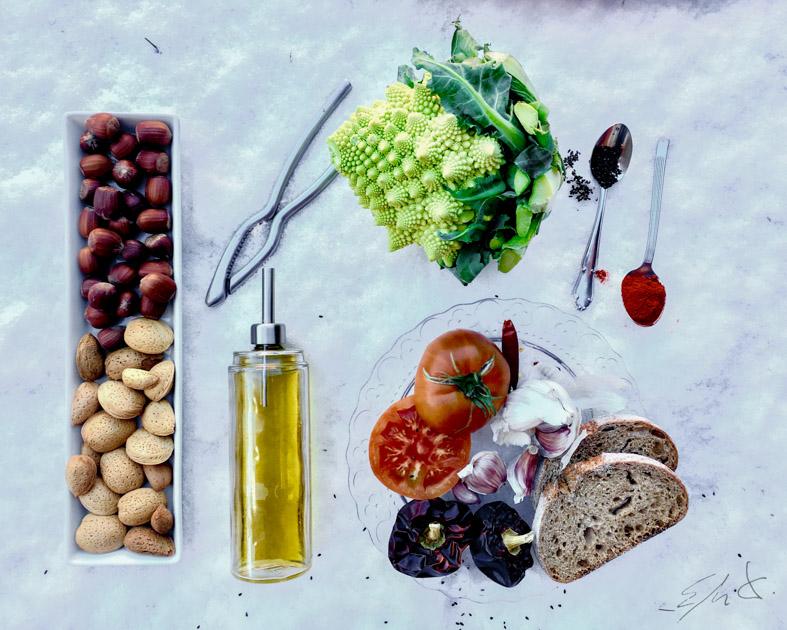 Ingredientes · 1 romanesco (600-800 g) · 2 tomates maduros (150 g) · carne de 4 ñoras o pimientos choriceros (50 g) · 3 dientes de ajo (40 g) · 1 puñado de almendras peladas crudas y avellanas tostadas ( 30 g en total) · 1 rebanada de pan integral duro (30 g) · 1 cucharadita rasa de pimentón · una pimienta cayena · 1 vaso de agua hirviendo · 1 cucharadita de vinagre de jerez · AOVE (acetite de oliva virgen extra) · sal · sésamo negro y tiras finas de cayena en rama para decorar