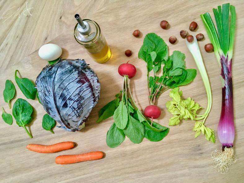 Ingredientes · 1 hoja de lombarda · un puñado de espinacas baby · 3 rabanitos rojos con sus hojas · 1 zanahoria · 1 costilla de apio ( o 1/2 si te parece fuerte) · cebolleta morada · 10-12 avellanas tostadas · 2 huevos duros de gallina feliz · 1 cucharadita de vinagre de jerez · AOVE (aceite de oliva virgen extra) · sal · pimienta y tomillo