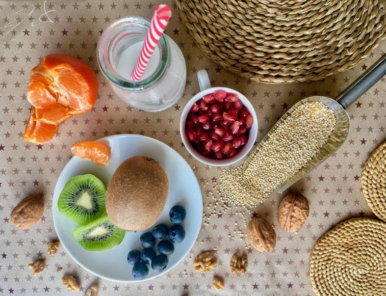 2 personas / 15 minutos  Ingredientes  · 1/2 taza de quinoa (70 g) · 2 tazas de leche de almendras casera (400 ml) · esencia de vainilla o vainilla en polvo · canela en polvo · 6-7 nueces peladas · 1 kiwi, 1/2 mandarina, 10-12 arándanos y media granada o frutas de temporada al gusto · 1 cucharada de sirope de agave o miel (opcional)