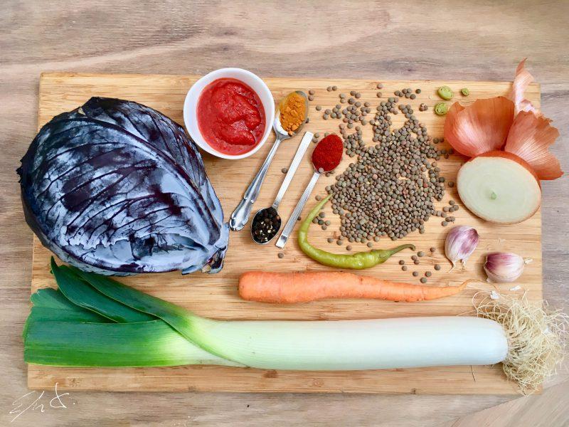 1 y 1/2 taza de lentejas pardinas de Tierra de Campos (250 g) · 1 cebolla blanca pequeña (150 g) · 1/2 puerro grande (desde el centro a la parte verde) · 1 zanahoria grande · 3 dientes de ajo · 1 pimienta cayena · 1/2 hoja de lombarda · 1-2 piparras  · 2 cucharadas de tomate frito. · 4,5 tazas de agua mineral (750 g) · AOVE (aceite de oliva virgen extra) · 2 cucharaditas de pimentón de La Vera · 1/2 cucharadita de cúrcuma · 1 pizca de pimienta negra · sal marina