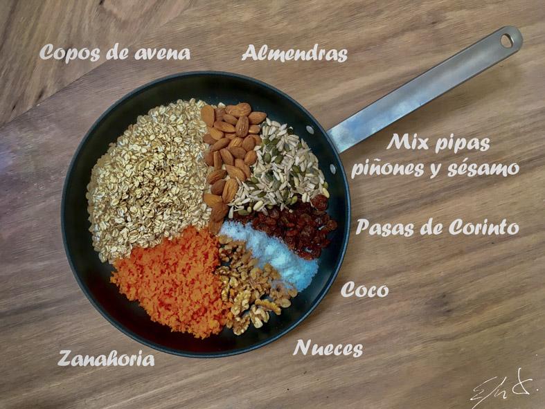 1 taza y media de copos de avena (125 g) · 1 puñado de almendras crudas (40 g) · 1 puñado de nueces crudas (40 g) · 1/2 puñado de pasas de Corinto (30 g) · 1 puñado de mix de pipas, piñones y sésamo ( 40 g) · 1/2 puñado de coco rallado · 2 zanahorias ralladas · 3-4 gotas de esencia de vainilla · 1 cta de canela en polvo · 3 cdas de sirope de agave o miel · 1 cda de aceite de coco (o AOVE) · 2 cdas de AOVE (aceite de oliva virgen extra)