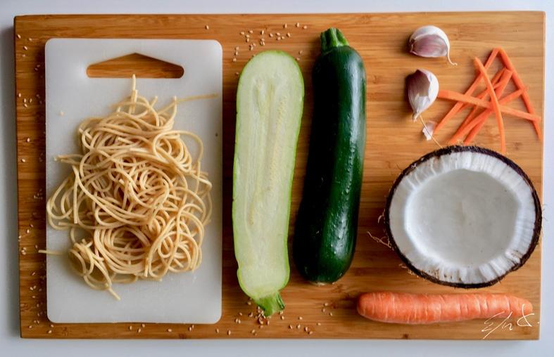 · 80-90 g de pasta integral * (ver TIPs) · 1 zanahoria pequeña (40 g) · 1 trozo de calabacín con piel (40 g) · 1 trozo de coco fresco (30 g) · 1 diente de ajo · semillas de sésamo tostado · pimienta y cúrcuma · Aceite de sésamo (opcional) · AOVE (aceite de oliva virgen extra)
