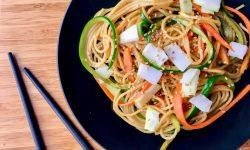 Pasta salteada con verduras y coco