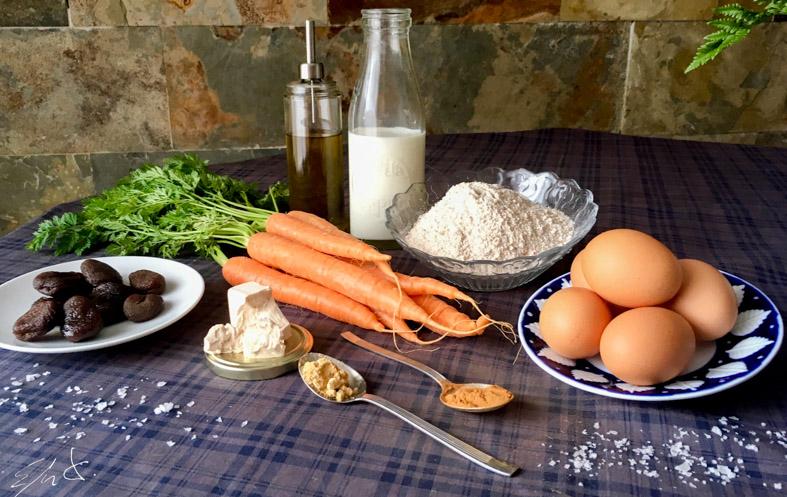 · 4 zanahorias ( 200g ) · 2 tazas de harina integral (200g) · 1 y 1/2 taza de orejones (180 g) · 1/2 taza de aceite de oliva suave (70 g) · 1 dado de levadura fresca (25 g) · 2 tazas de leche entera eco o leche vegetal · 4 huevos · 1 cucharadita de canela en polvo · 1/2 cucharadita de jengibre en polvo (opcional) · sal