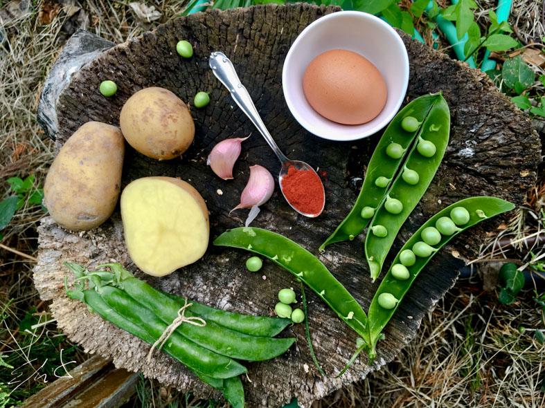 · 3 tazas de guisante ( 150 g) · 1 patata pequeña (200g) · 1/2 cebolleta (la parte verde incluida) · 2 huevos Eco · 2 dientes de ajo · 1 cucharadita de harina integral · 1 cucharadita de pimentón dulce de La Vera · AOVE (aceite de oliva virgen extra) · sal marina