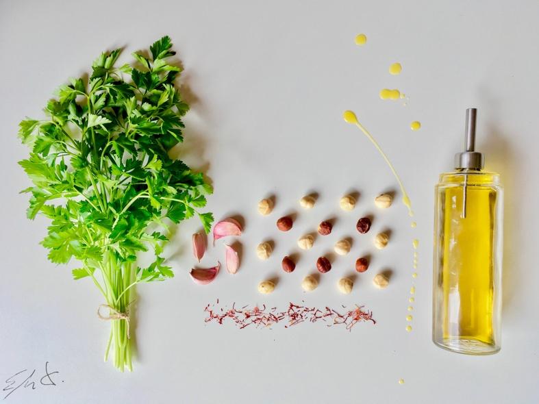 Ingredientes de la picada · 150 g avellanas tostadas sin sal · 100 g perejil deshojado fresco · 4 dientes de ajo (25 g) · 2 sobres de azafrán en hebras ( 200 mg) opcional · 200 ml AOVE (aceite de oliva virgen extra) · papel de aluminio