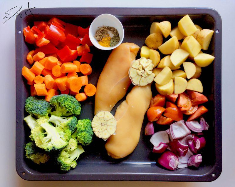 1 pechuga de pollo eco ( 2 mitades) 380g · 1/2 brocoli (270 g) · 4 patatas pequeñas (300 g) · 1 pimiento rojo pequeño (150 g) · 2 tomates pequeños (240 g) · 3 zanahorias (180 g) · 1 cebolla morada pequeña (130g) · 1cabeza de ajo · 1 cdta de cada especia: pimienta negra, romero, tomillo, curry o cúrcuma (opcional) y una pimien-ta cayena desmenuzada (opcional) · 1 cdta de sal · AOVE (aceite de oliva virgen extra)