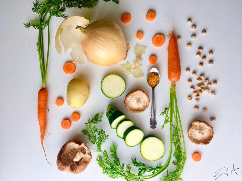 Para la crema · 1 calabacín mediano · 1 zanahoria · 1 patata · 1/2 cebolla · sal marina · AOVE Para el salteado · 1/2 bote de garbanzos cocidos · 2 Shiitakes o 3 champiñones · 1/2 cucharadita de curry · 1/2 pimienta cayena (opcional) · sal marina · AOVE Para acompañar · 6-8 hojas de espinaca o rúclula · un trozo de pimiento rojo