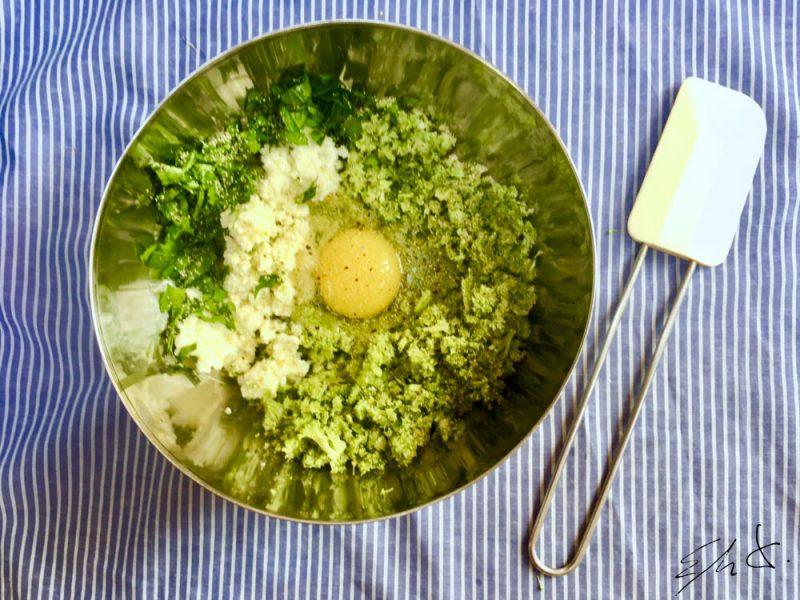 Pica el queso y el perejil con ayuda de una picadora. Añade el brócoli picado, las especias, las sal, el huevo y chorrillo de AOVE hasta obtener una masa compacta y no muy pegajosa. Añade más pan rallado si fuese necesario.
