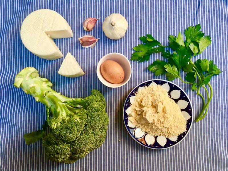 · 2 tazas de brócoli picado (100 g) · 1 huevo eco · 1 cachito pequeño de queso de cabra eco rallado( 25 g) · perejil picado fresco (2-3g) · 2 cc colmadas de pan rallado integral (10 g) · 1 cd ajo en polvo · 1/2 cd pimienta negra molida · harina de garbanzo o pan rallado integral para rebozar · sal marina · AOVE Cc: cucharada sopera Cd: cucharadita de café