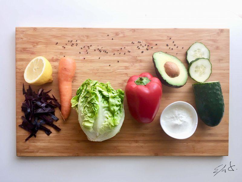 · 4 hojas de cogollos · 1 hoja de lombarda · 1 zanahoria pequeña · 1 trozo de pepino con piel (20 g) · 1 trozo de pimiento rojo (20 g) · 1/2 ó 1 aguacate muy maduro · 4-5 cucharadas de yogur entero eco · pimienta negra molida · unas gotas de limón o lima · sal marina · salsa de soja baja en sal y azúcar · semillas de sésamo negro