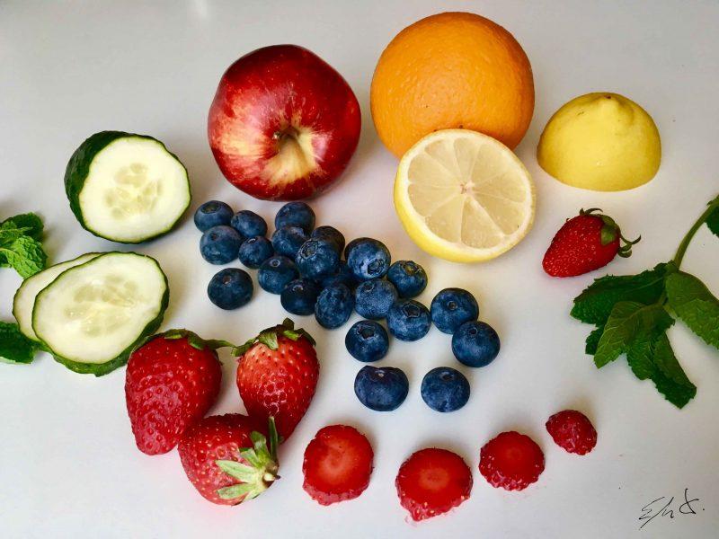 Agua de cítricos, pepino y fresas · 4-5 fresas en rodajas · 1/2 naranja en láminas finas · 1/2 limon en láminas finas · 1 trozo de pepino en láminas finas · 1,5 litro de agua mineral Agua de manzana roja, arándanos y menta · 1/2 manzana roja en tiras finas · 1 puñado de arándanos azules cortados a la mitad · 2 ramas de menta fresca · 1,5 litro de agua mineral