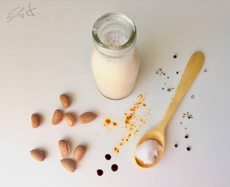· 1 taza grande de leche de almendras casera (250 ml) o leche de vaca eco · 1/2 cucharada de cúrcuma en polvo (4-6 g) · 1 cucharadita de manteca de coco · 1 pizca de pimienta negra molida · 2-3 gotas de esencia de vainilla · miel cruda o sirope de agave ( opcional)