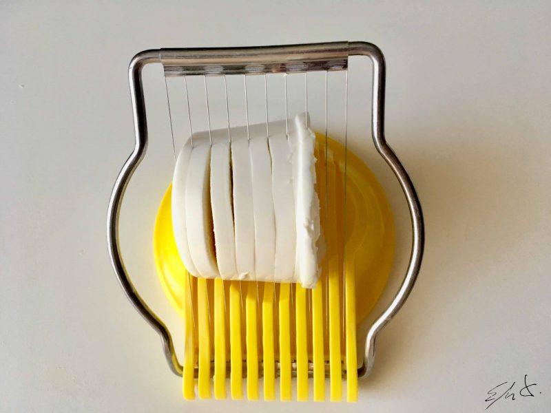 Utiliza un cortahuevos para cortar el queso