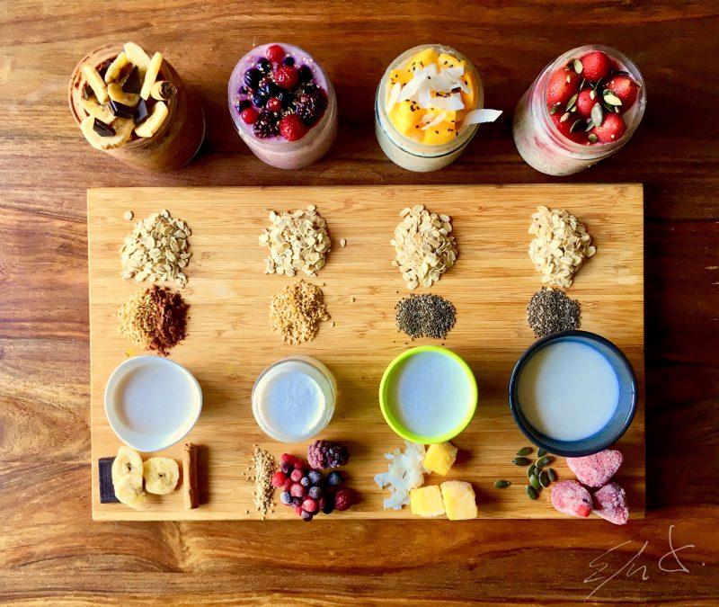 Ingredientes Tarro de Frutos rojos · 1 tarro de vidrio de 250-300 ml · 3-4 cucharadas de copos de avena · 1 cucharada de semillas de lino · 1 vasito de kefir de oveja eco natural y sin azúcar · 4 cucharadas de agua mineral · 1 cucharadita de sirope de agave · 1 puñado de frutos rojos congelados · frutos y sésamo para decorar Ingredientes Tarro de mango y coco · 1 tarro de vidrio de 250-300 ml · 3-4 cucharadas de copos de avena · 1 cucharada de semillas de chía · 1 vasito de leche de coco casera · 1 puñado de dados mango congelado · coco rallado · lascas de coco seco y sesamo negro para decorar Ingredientes Tarro de chocolate · 1 tarro de vidrio de 250-300 ml · 3-4 cucharadas de copos de avena · 1 cucharada de semillas de chía · 1 vasito de leche de almendras casera · 2 cucharadas de cacao magro en polvo · 1 cucharada de sirope de agave · 2 gotas de esencia de vainilla y canela en polvo · plátano seco y trozos de chocolate negro (80%) para decorar Ingredientes Tarro de Fresas · 1 tarro de vidrio de 250-300 ml · 3-4 cucharadas de copos de avena · 1 cucharada de semillas de chía · 1 vasito de leche de avena casera · 1 puñado de fresas congeladas · 2 gotas de esencia de vainilla o vainilla en polvo · pipas de calabaza para decorar 1- Echar en un tarro los copos de avena, las semillas gelificantes (chía o lino), la fruta congelada y las especias. 2- Añade leche o yogur. Si es yogur o kefir necesitas 4 cucharadas de agua mineral a mayores. 3- Agita o remueve bien. 4- Reserva el tarro tapado toda la noche en la nevera. 5- Abre el tarro y decora con más fruta, frutos secos, semillas, canela o cacao al gusto