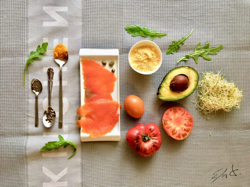 Para la tortilla  · 2 cucharadas colmadas de harina de maíz · 6 cucharadas de agua mineral o filtrada · 2 huevos de gallina feliz (osea Eco) · 1 cucharada de AOVE (aceite de oliva virgen extra) · una pizca de cúrcuma · media vuelta de pimienta negra · una pizca de eneldo o tomillo · sal marina  Para el relleno  · 1 puñado de germinados de alfalfa · 1 puñado de hojas de rúcula · 5-6 tiras finas de cebolla morada (opcional) · 1/4 aguacate muy maduro · 6 alcaparras encurtidas · 2 rodajas finas de tomate · 50 g de trucha asalmonada salvaje o eco marinada