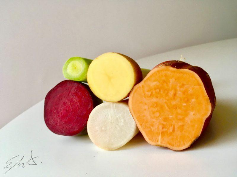 Para la crema · 1 nabo mediano (150g) · 1 patata pequeña (150 g) · 1 la parte blanca de un puerro (100g) · aceite de oliva virgen extra AOVE · agua mineral o filtrada · sal marina Para los chips · patata · boniato · remolacha roja fresca